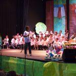 Les enfants chantent un conte au cours d'un spectacle musical