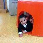 des enfants jouent à cache cache